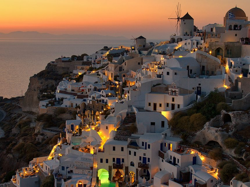 The famous Santorinian sunset at the green pool of Oia mare